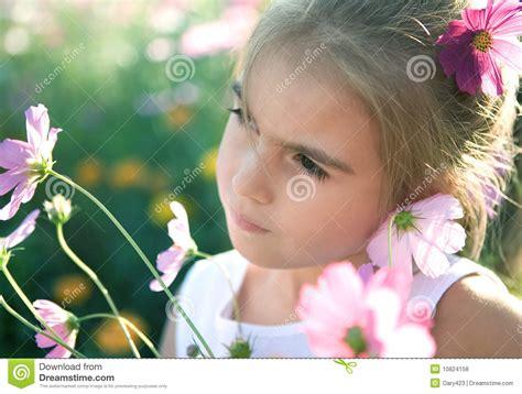 imagenes de flor triste menina triste com flores fotos de stock royalty free