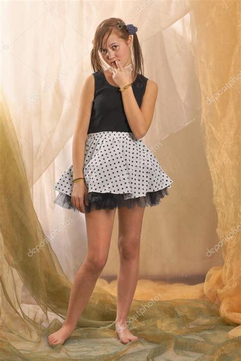 Mini Dress Mano 22 m 228 dchen in stehender position barfu 223 und in