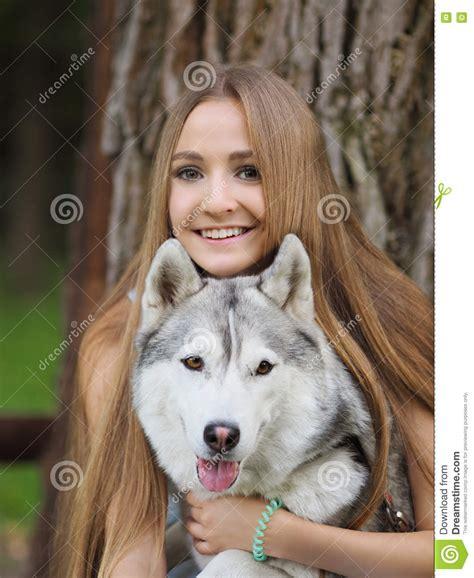 mujer coge con su mascota y le llena de leche mujer abotonada con mascota mujer abotonada por su mascota