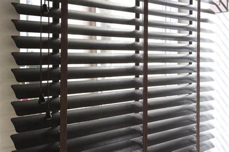horizontale jaloezieen hout zwart raamdecoratie
