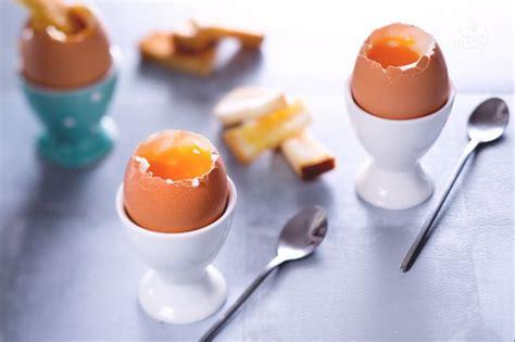 cucinare uovo alla coque ricetta uova alla coque la ricetta di giallozafferano