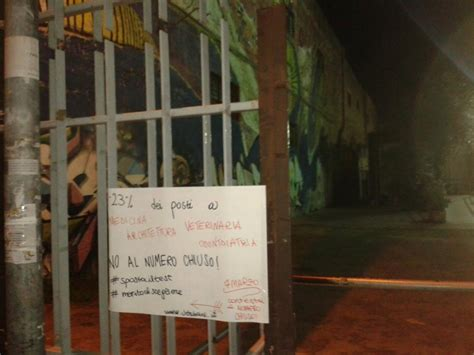 test d ingresso universitari universit 224 blitz notturno davanti alle scuole quot no al