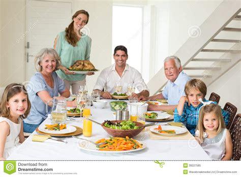 imagenes de la familia judia familia que tiene comida en la mesa de comedor foto de