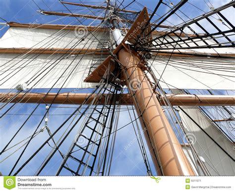 zeil mast het optuigen van de mast en zeil van tallship stock