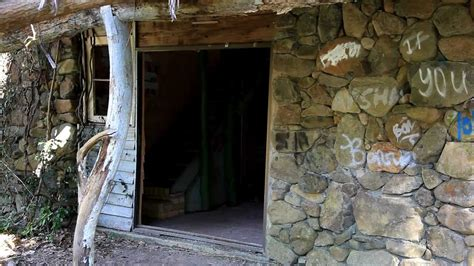 this rundown cottage looks unrecognisable deserted house in springbrook gold coast australia