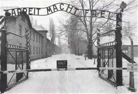 scritta ingresso auschwitz l ingresso di auschwitz con la scritta quot il lavoro rende