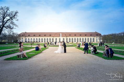 Der Hochzeitsfotograf der hochzeitsfotograf macht die hochzeitsfotos in der