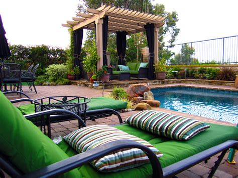 Traditional landscape with Pool and Pergola   DP Environments