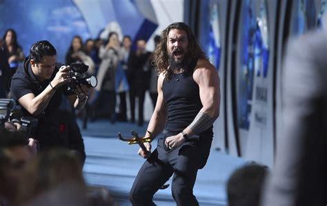 new zealand actor game of thrones watch aquaman star jason momoa performs haka on hollywood