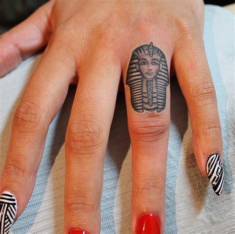 tattoo finger ruler 20 ideas originales para tatuajes en los dedos