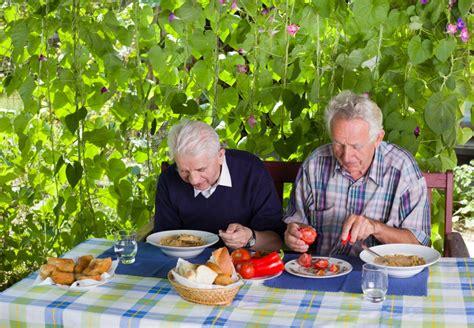 alimenti scaduti alimenti scaduti e pietanze scongelate anziani a