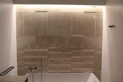 rivestimento listelli legno spazio al legno e alla pietra nei bagni e in tutta la