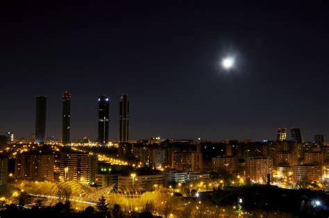 rascacielos de madrid en noche de luna menguante