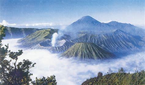 Menikmati Panorama di Puncak Gunung Bromo, Jawa Timur