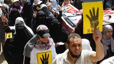 Para Martir Revolusi Dunia militer blokir jalan jalan utama kairo untuk minimalisir