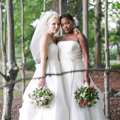 Popular wedding website ?The Knot? features lesbian