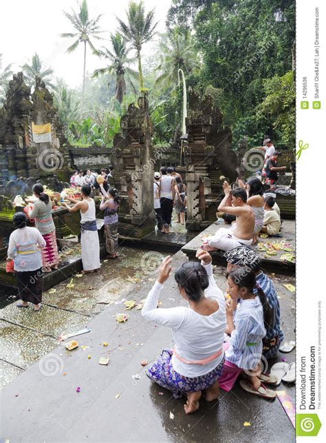 Mukjizat Tirtha Buku Bali Hindu prayers at tirtha empul bali indonesia editorial photo image 14296536