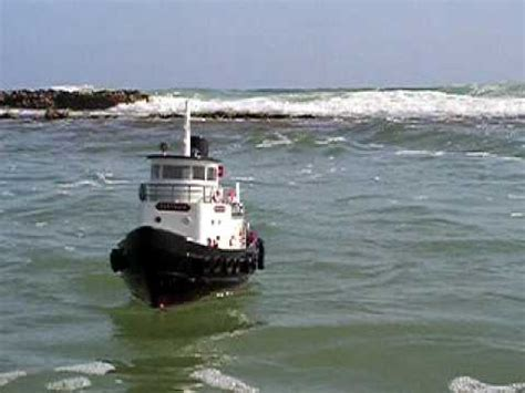 rc boats in big waves rc tug boat aquacraft atlantic harbor high waves in the