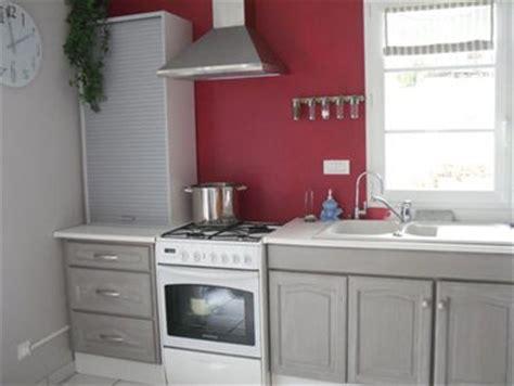 Beau Peinture Pour Repeindre Meuble Cuisine #1: peindre-des-meubles-de-cuisine-peinture-couleur-grise-credence-couleur-rouge.jpg
