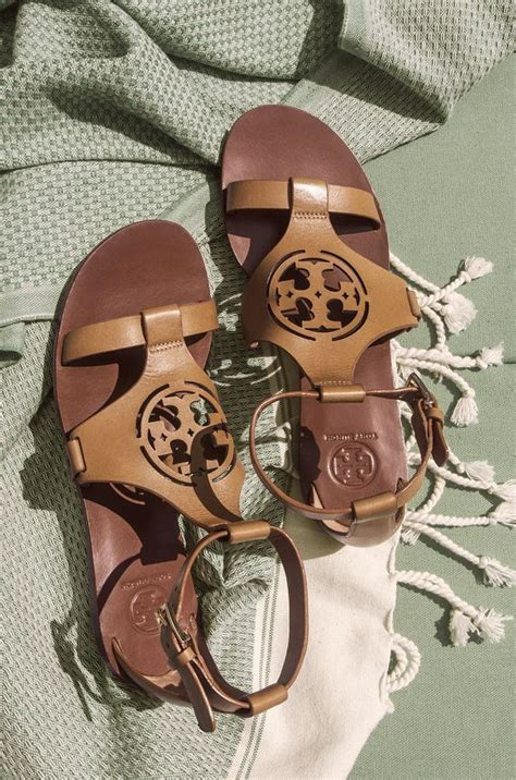 Burch Savana Pums 313 18 zoey sandal graphics metals and places