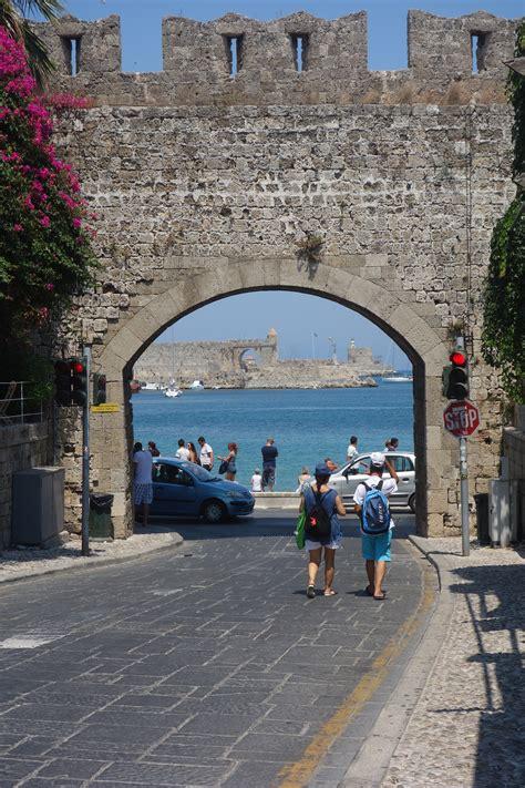 rodi turisti per caso rodi citt 224 verso il porto viaggi vacanze e turismo