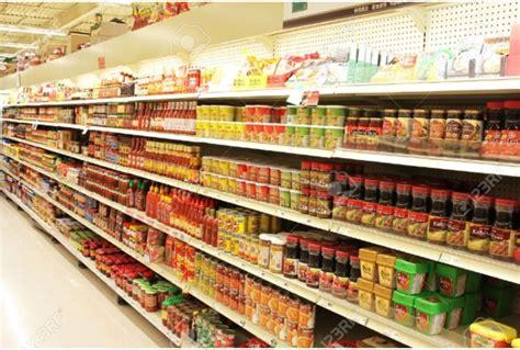scaffali supermercato ripresi mentre rubano tra scaffali il supermercato