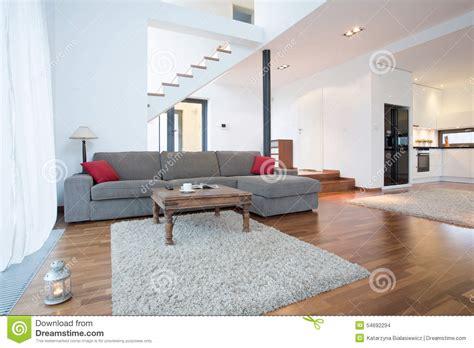 graues wohnzimmer graues sofa im wohnzimmer stockfoto bild 54692294