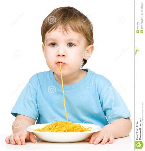 imagenes de niños jugando y comiendo el ni 241 o peque 241 o est 225 comiendo los espaguetis foto de