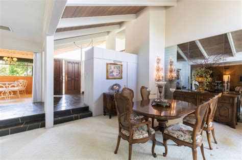 peek   real brady bunch house   market