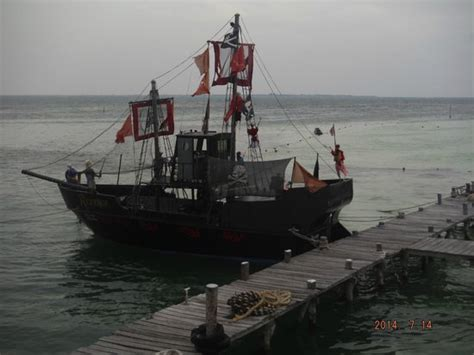 small boat on a pirate ship small scout ship picture of captain hook barco pirata