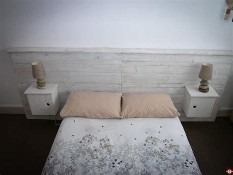faire une tete de lit avec une planche en bois diy fabriquer une t 234 te de lit avec tables de nuit en