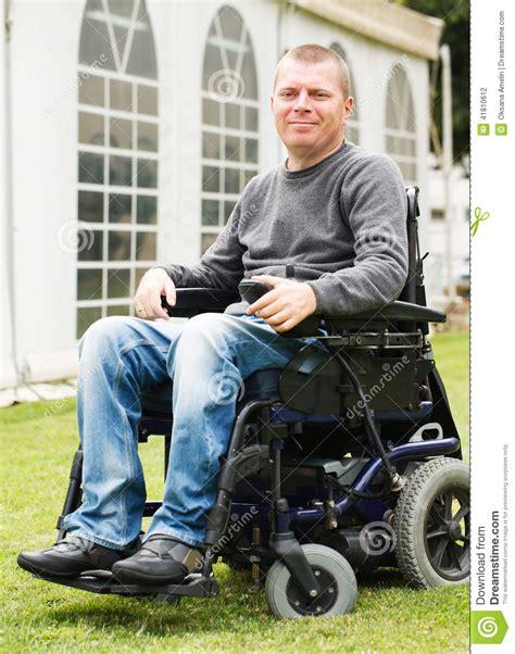 acquisto sedia a rotelle uomini disabili in sedia a rotelle fotografia stock