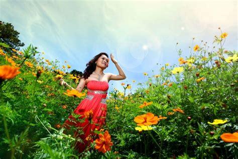 imagenes mujer alegre mujer alegre en un co de flores 60316