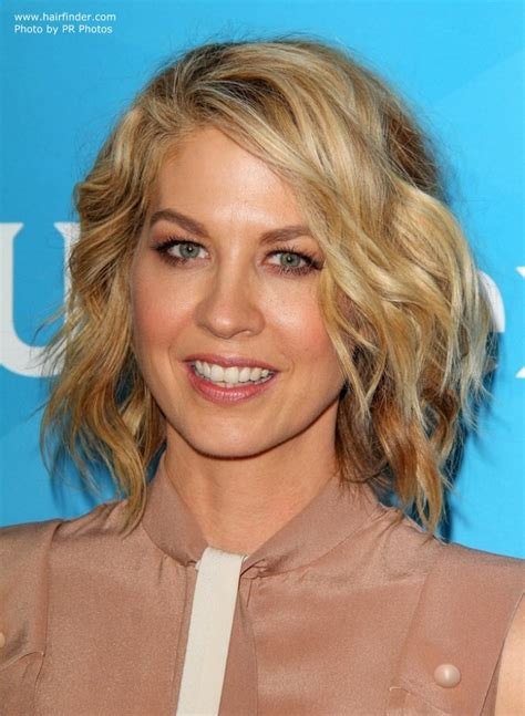 hair colours for middle aged womaen jenna elfman blended blonde hair in a wavy bob for a