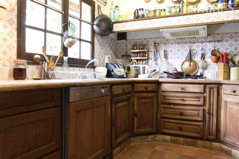201 l 233 ments de cuisine en bois et casseroles en cuivre c0571