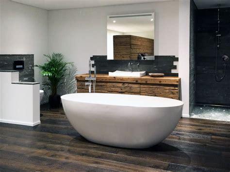 badezimmer fliesen weiß matt oder glänzend freistehende badewanne ideen design ideen