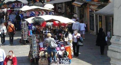 di commercio di venezia mestre a venezia nuova gara per 1300 ambulanti sotto la scure