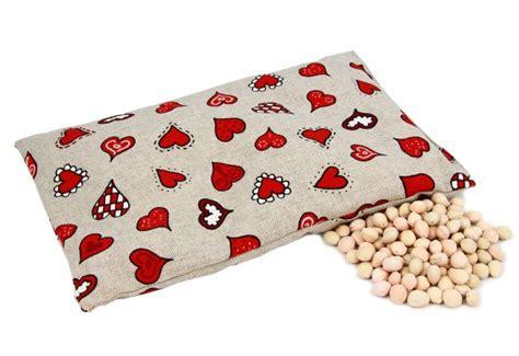 cuscino noccioli di ciliegio cuscino con noccioli di ciliegio cuori bianchi