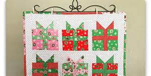 presents mini quilt and potholders quilting digest