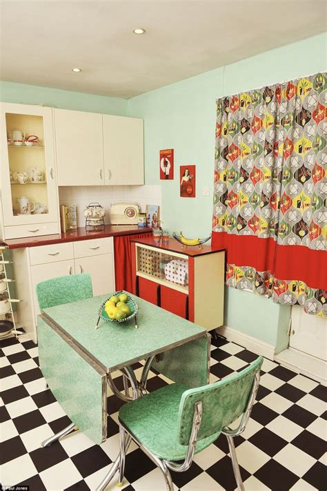Retro Home Interiors by Best 25 Vintage Houses Ideas On