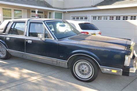 navy blue  lincoln town carlike    lincoln