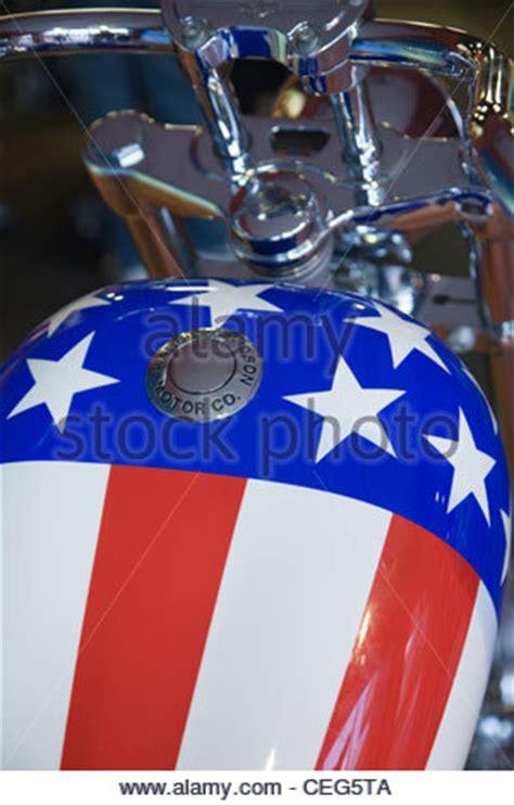 Motorrad Usa Alter by Harley Motorrad Und Amerikanische Flagge In Oatman