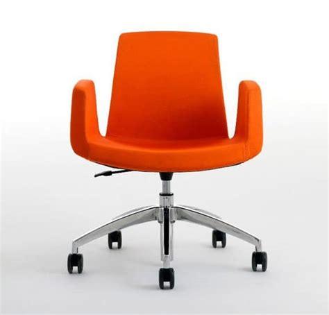 ruote sedie ufficio accogliente poltrona da ufficio girevole e regolabile in