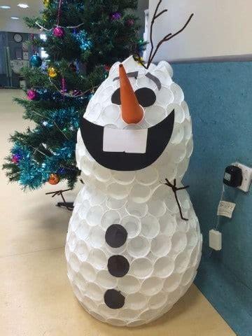 mueco de nieve con pocos vasos de plastico arbol y mu 241 eco de nieve hecho con vasos desechables