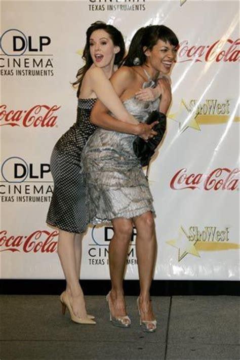 Rosario Dawson And Mcgowan Pose by Les 25 Meilleures Id 233 Es De La Cat 233 Gorie Mcgowan