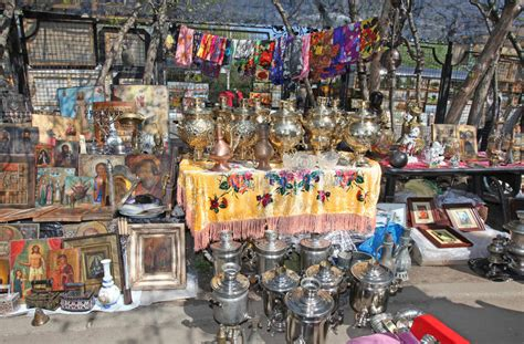 Souvenir Piring Pajangan Moscow Rusia russian samovar and other antique in izmailovo flea market editorial stock photo image of doll