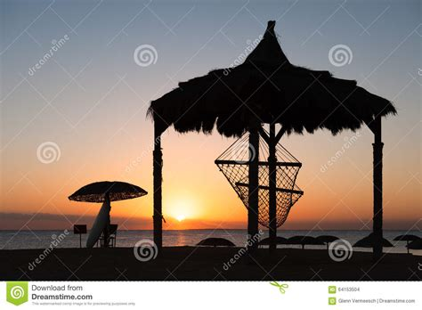 fotos de hamacas en la playa hamaca en la playa durante puesta sol foto de archivo