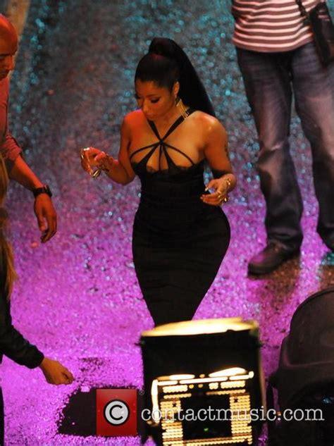 www ekpoesito com nicki minaj shows off her big titties nicki minaj nicki minaj shows off her curves for new