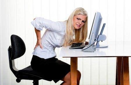 mal di schiena da seduti mal di schiena da ufficio ecco i consigli per evitarlo a