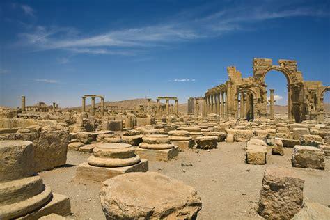 tourists     visit syrias ancient city